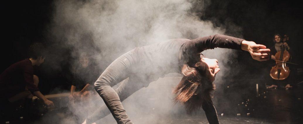 Empathie mit einer Gummihand | Toihaus Theater