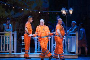 Die Müllkutscher Harry (Philipp Andreas Sievers), Alfred P. Doolittle (Georg Clementi) und Jamie (Oliver Mülich)