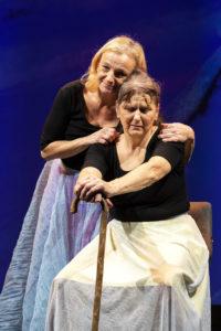 Tochter (Anita Köchl) und Mutter (Daniela Enzi)