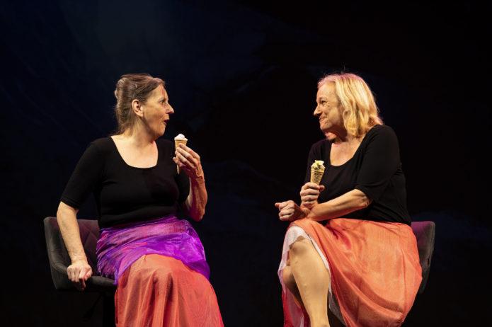 Mutter (Daniela Enzi) und Tochter (Anita Köchl)